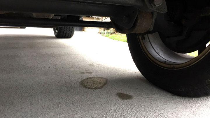 Charco de líquido de frenos debajo del coche