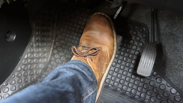 el pedal del freno es difícil de presionar
