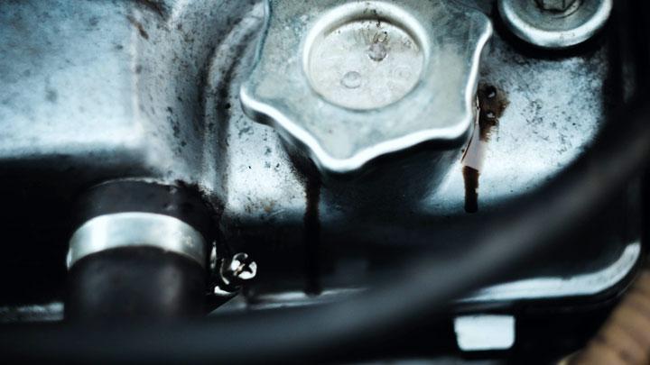 aceite del motor con fugas
